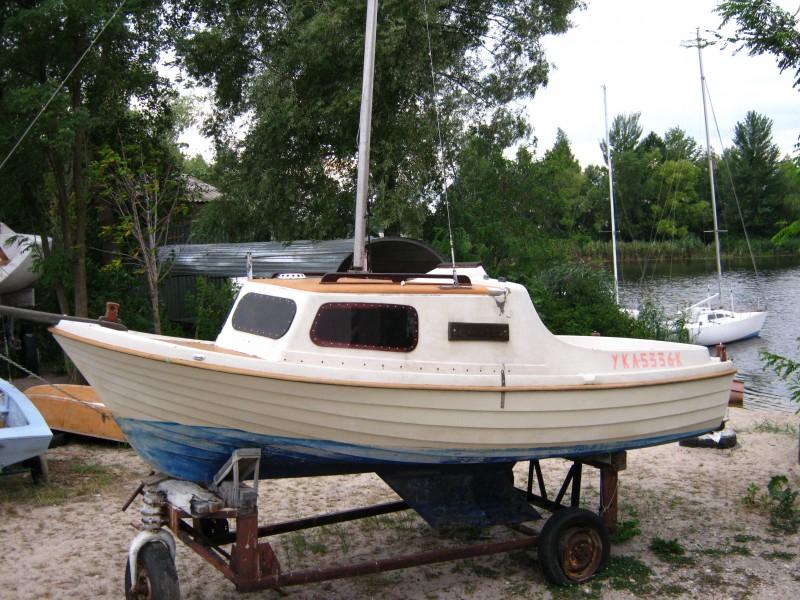 недорогая парусная лодка