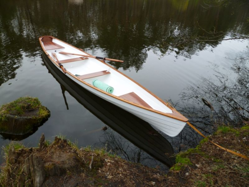 длинная лодка с веслами