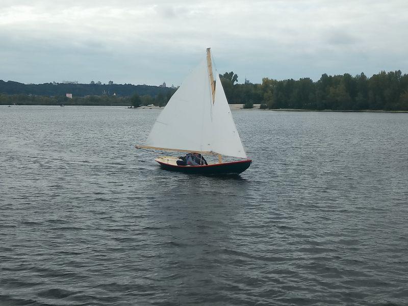 Как называется гребная парусная или моторная лодка с широким корпусом