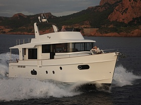 Моторная яхта с флайбриджем Beneteau Swift Trawler 50
